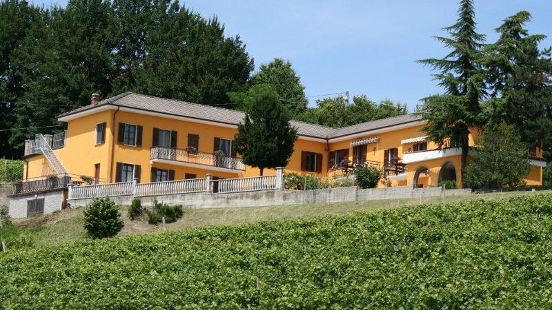 Vingården Cascina Castagna i Piemonte, Nord-Italia. Vingårdsferie.