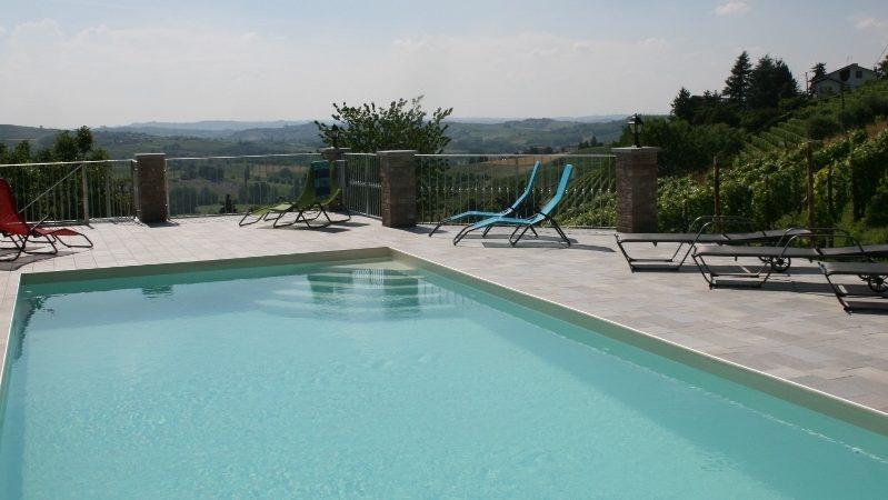 Svømmebasseng på Cascina Castagna, ferieleiligheter, Piemonte, Italia